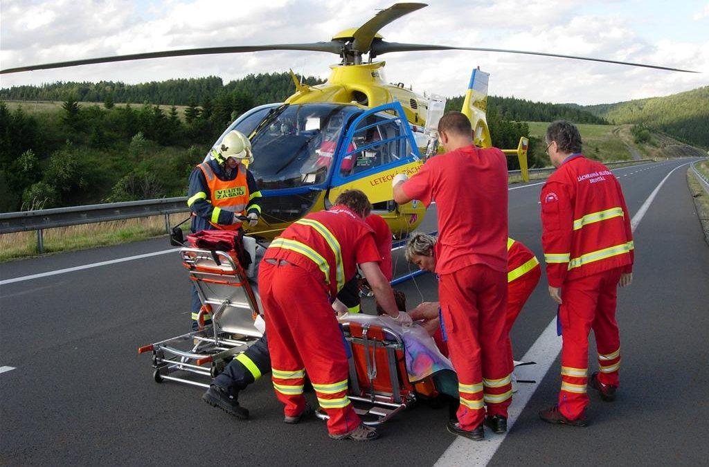 Jednačtyřicetiletá Polka narazila na koloběžce do svodidel, těžce se zranila