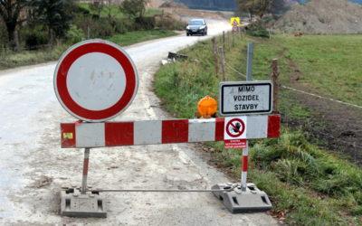 Silnice z Karlovic do Holčovic má být od listopadu průjezdná