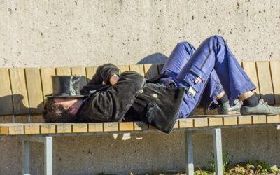 Zloděj okradl spícího muže na lavičce
