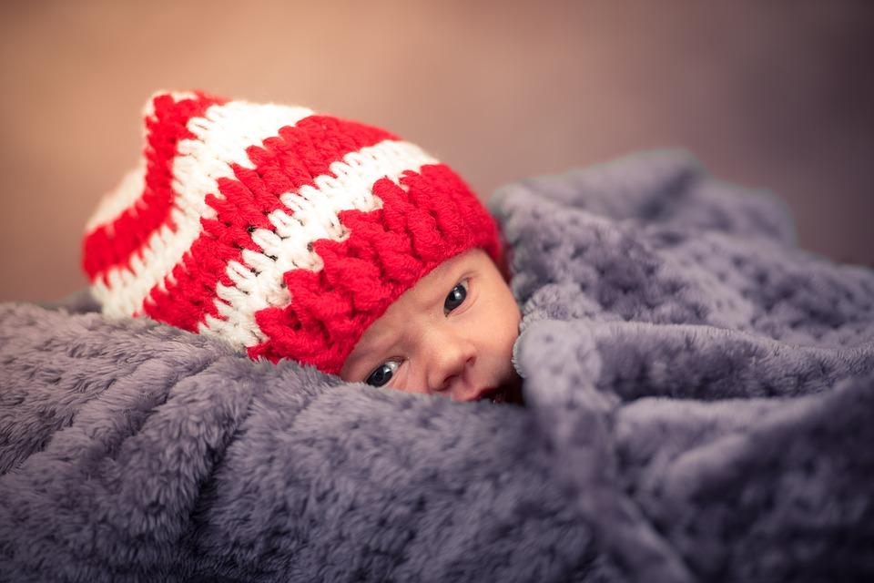 V opavském babyboxu našli novorozenou holčičku zabalenou v mikině