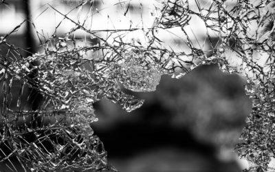 Vandal poškodil ve Vrbně pod Pradědědem výlohu
