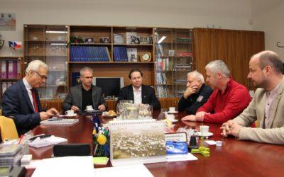 Ministr kultury Šmíd jednal se zástupci města o vyhořelé bývalé textilce Karnola