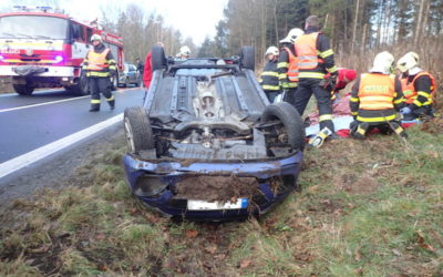 Na Vrbensku se řidička s autem převrátila na střechu, při nehodě se těžce zranila