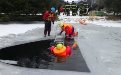 Vrbenští hasiči zachraňovali muže zpod ledu