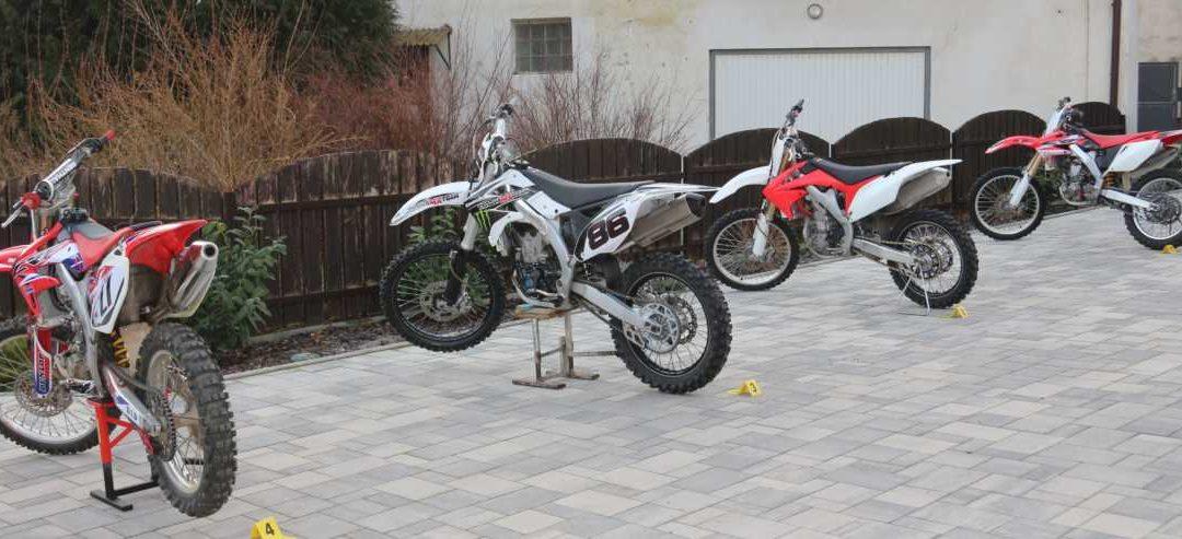 Dva muži kradli motorky, způsobili škodu přes 1,2 milionů korun, hrozí jim až osm let vězení!