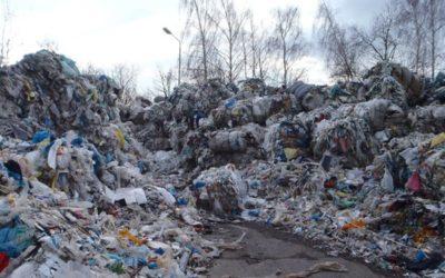 Pokutu 300 tisíc korun uložili inspektoři za nelegálně skladovaný plastový odpad na pozemcích v Bruntále