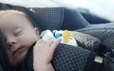Žena zabouchla v autě dítě i klíče