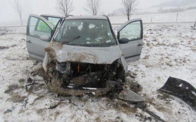 Řidič dostal smyk mezi Valšovem a Bruntálem, při nehodě se zranil