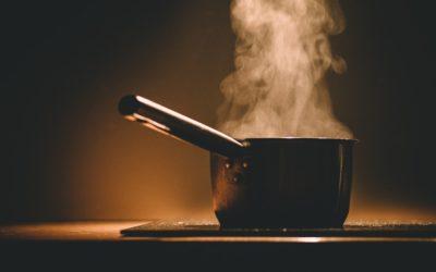 Žena si zabouchla dveře od bytu, v němž vařila večeři