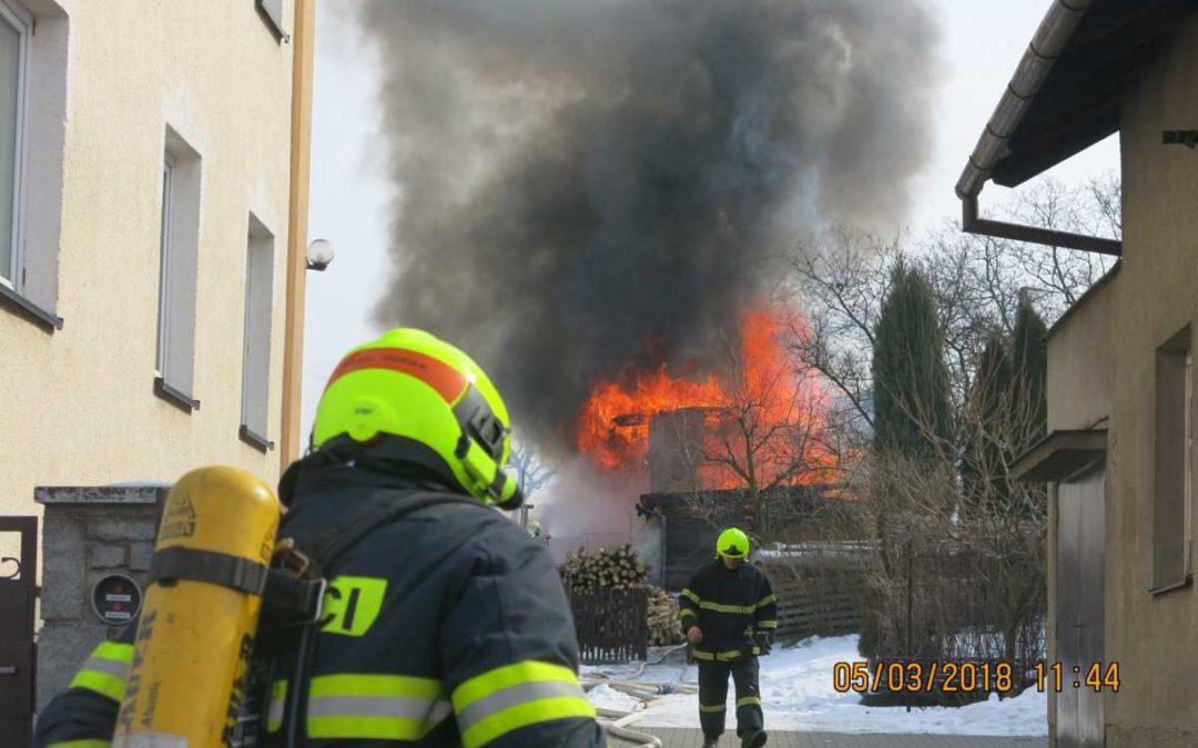 Požár hospodářské budovy zaměstnal na Opavsku čtyři jednotky hasičů
