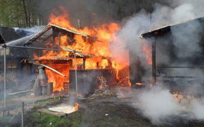 Hasiči likvidovali požár tří chat, při požáru se popálil senior, škoda 1,6 milionů korun