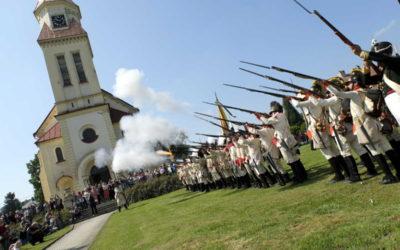 FOTO: Vojáci si nastoupili před kostelem, v areálu hrála Dolnobenešovská Galánečka