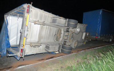 Přívěs nákladního vozidla zablokoval cestu mezi Třemešnou a Vysokou
