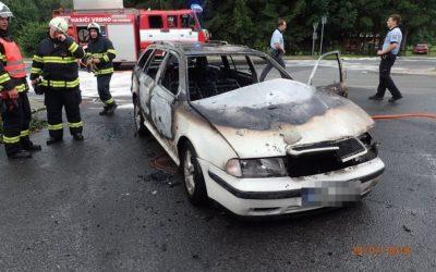 Ve Vrbně se vznítilo auto, řidička kolabovala