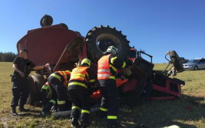 V Býkově se převrátil traktor, zabil osmnáctiletého mladíka, druhého těžce zranil
