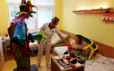 Děti v Krnovské nemocnici rozesmál klaun z Balónkova