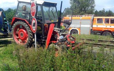 V Rýmařově se střetl vlak s traktorem, škoda se odhaduje na 230 tisíc korun
