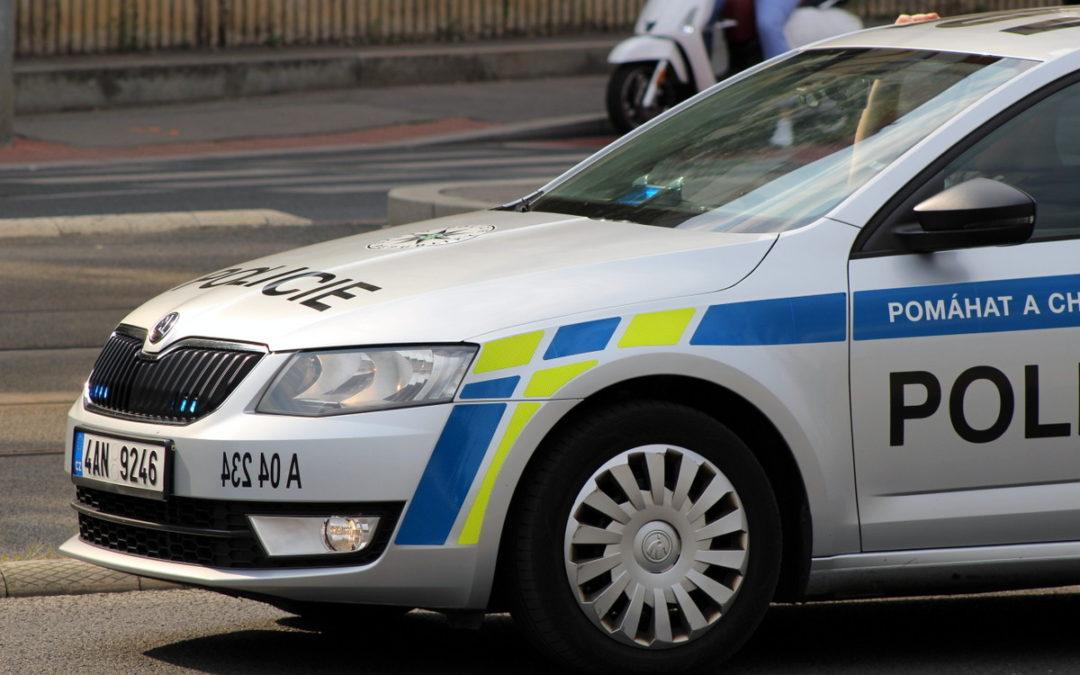Mladík převrátil velkokapacitní popelnici a poškodil zaparkované auto