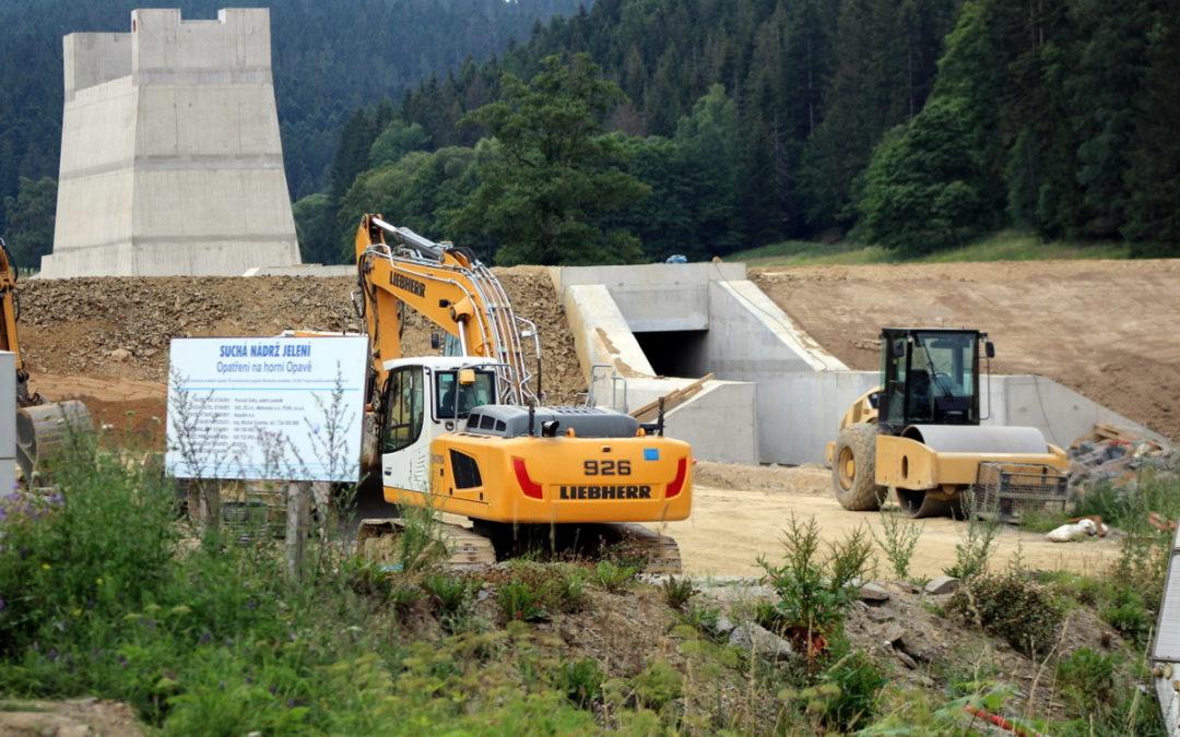 OBRAZEM: U Karlovic se buduje suchá nádrž Jelení