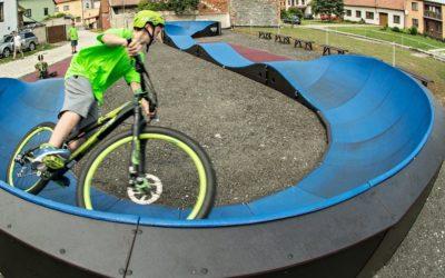Pumptrackovou dráhu v Krnově si první jezdci projedou v září