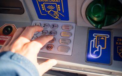 Neznámý nálezce v Rýmařově vzal v bankomatu zapomenuté peníze, hledá ho policie