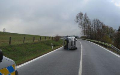 Řidič dostal na mokré komunikaci smyk, střetl se s patníkem