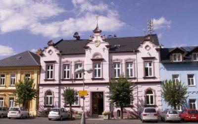 Ve Městě Albrechticích napadl zastupitele Dušana Libo