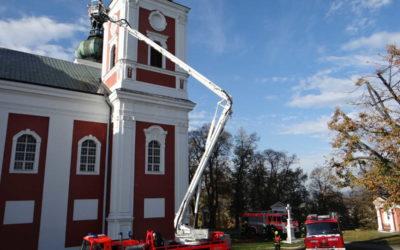 Požár střechy a věže poutního kostela v Krnově prověřil hasiče