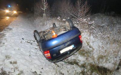 Řidič narazil do kovového zábradlí