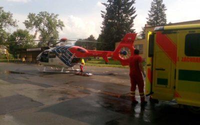 Při střetu auta s motorkou byli zraněni dva lidé, zasahoval i vrtulník