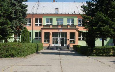Jednadvacetiletý muž vnikl do školy v Osoblaze, rozbil vstupní dveře, lehce se zranil
