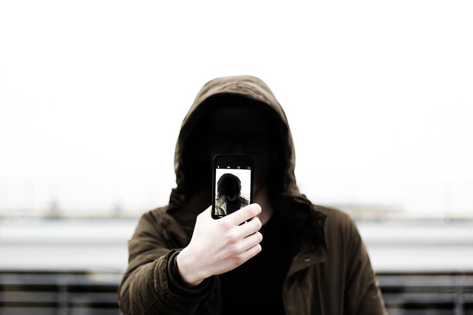 Jedenáctiletému chlapci vypadl z kapsy mobil za šest tisíc, nálezce si ho nechal