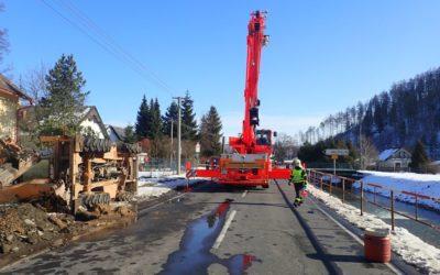 Ve Městě Albrechticích bagr poškodil plynovou přípojku, hasiči evakuovali osobu a psa