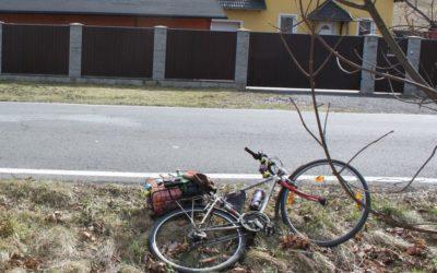 Cyklista nezvládl řízení a vyjel mimo vozovku