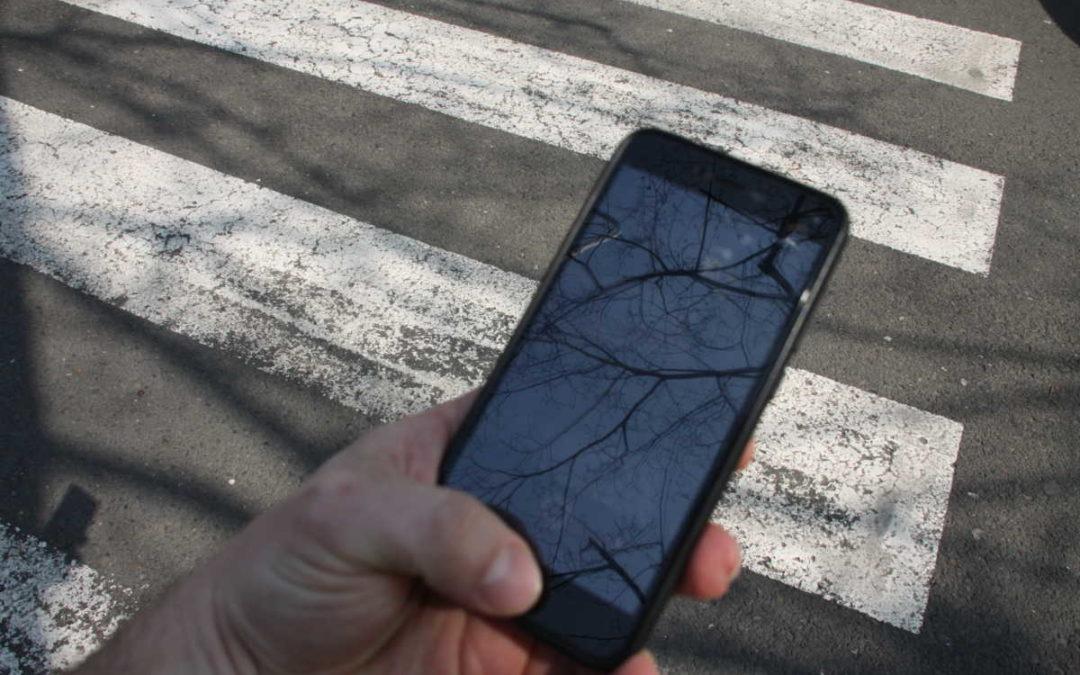 Zloděj v Bruntále ukradl chapci telefon přímo z ruky