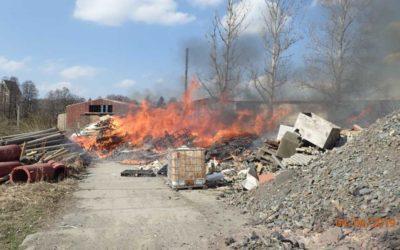 V Rýmařově shořel odpad a klestí, požár likvidovalo pět jednotek hasičů
