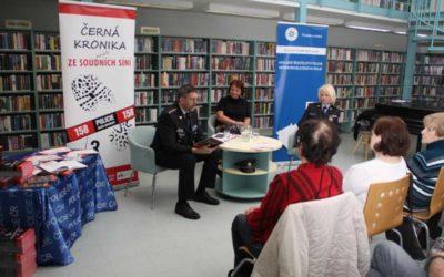 Policisté čtou seniorům