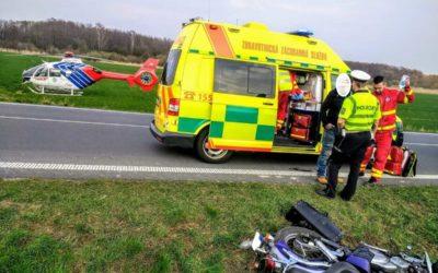 U Razové se nabourala motorkářka, po pádu ji přejelo auto