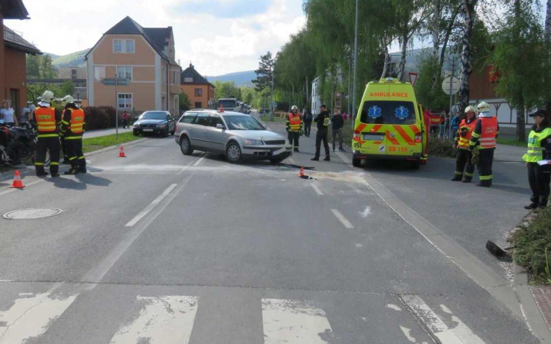 Ve Vrbně se střetlo auto s motorkou, 54letý muž skončil s vážným zraněním v nemocnici