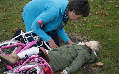 Senioři se učí, jak poskytnout první pomoc svým vnoučatům