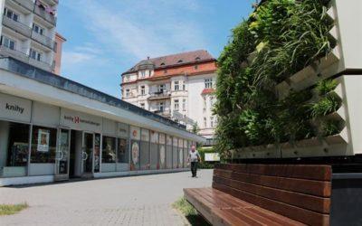Lavička v Krnově sama zavlaží rostliny v truhlících