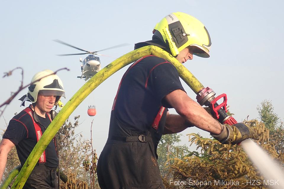 S požárem lesa v nepřístupném terénu u Bruntálu pomáhal vrtulník
