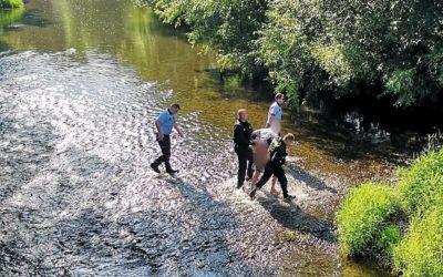 Opilý řidič skočil před policisty do řeky, aby unikl silniční kontrole