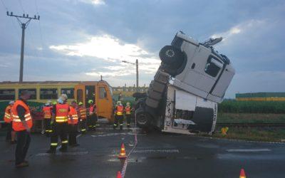 Na Opavsku se střetl vlak s náklaďákem, deset zraněných