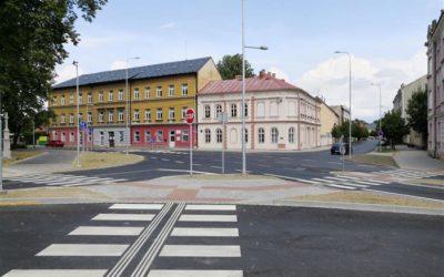 Důležitá křižovatka v Krnově je po opravě bezpečnější
