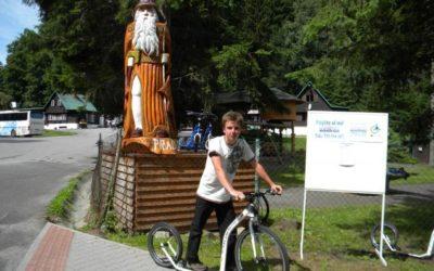 Vrbnem pod Pradědem se mohou turisté projíždět na čtyřkolce, horských koloběžkách i elektrokolech