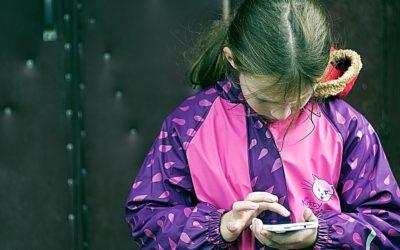 Muž sexuálně obtěžoval dívenky prostřednictvím mobilního telefonu