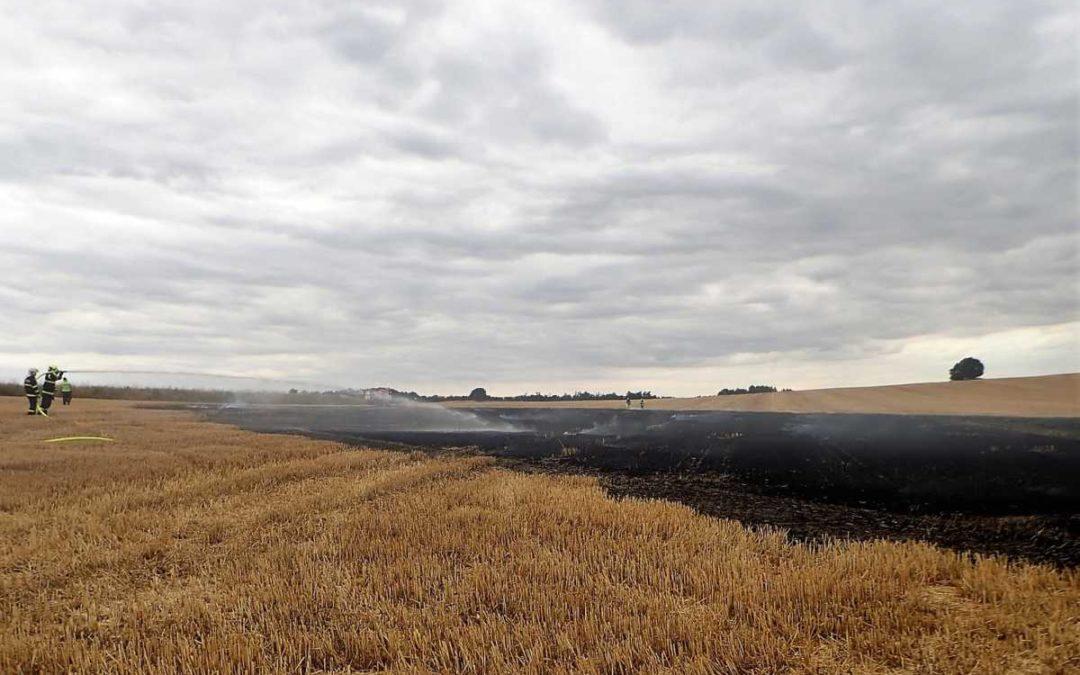 Šest hasičských jednotek likvidovalo požár strniště podél železniční trati v Horních Povelicích
