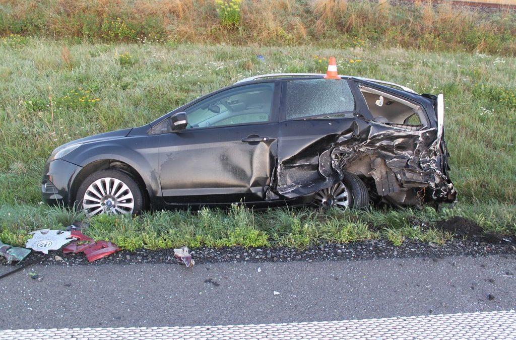 Řidič v mlze přehlédl zaparkované auto