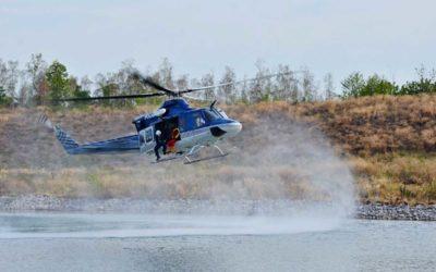 Dvacítka leteckých záchranářů cvičila v Ostravě záchranu osob z vody pomocí vrtulníku